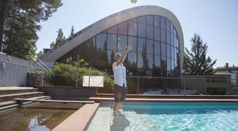 Urheilupuiston uimahallin ulkoallas