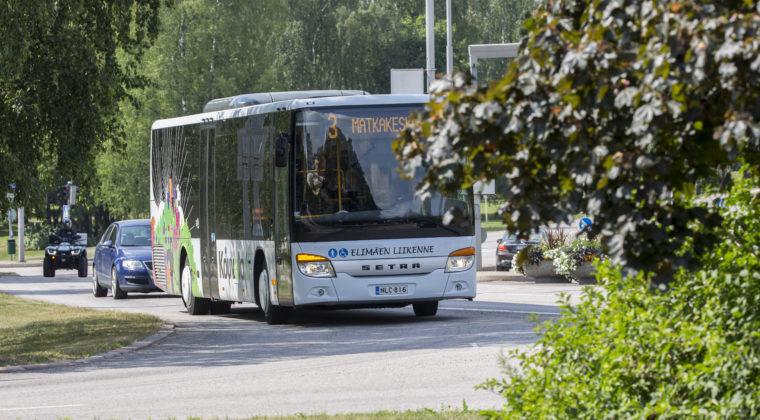 Kuvassa bussi liikenteessä.