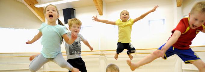 Lapset hyppäävät ilmaan