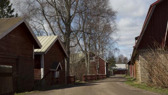 Rakennuksia kylätien varrella