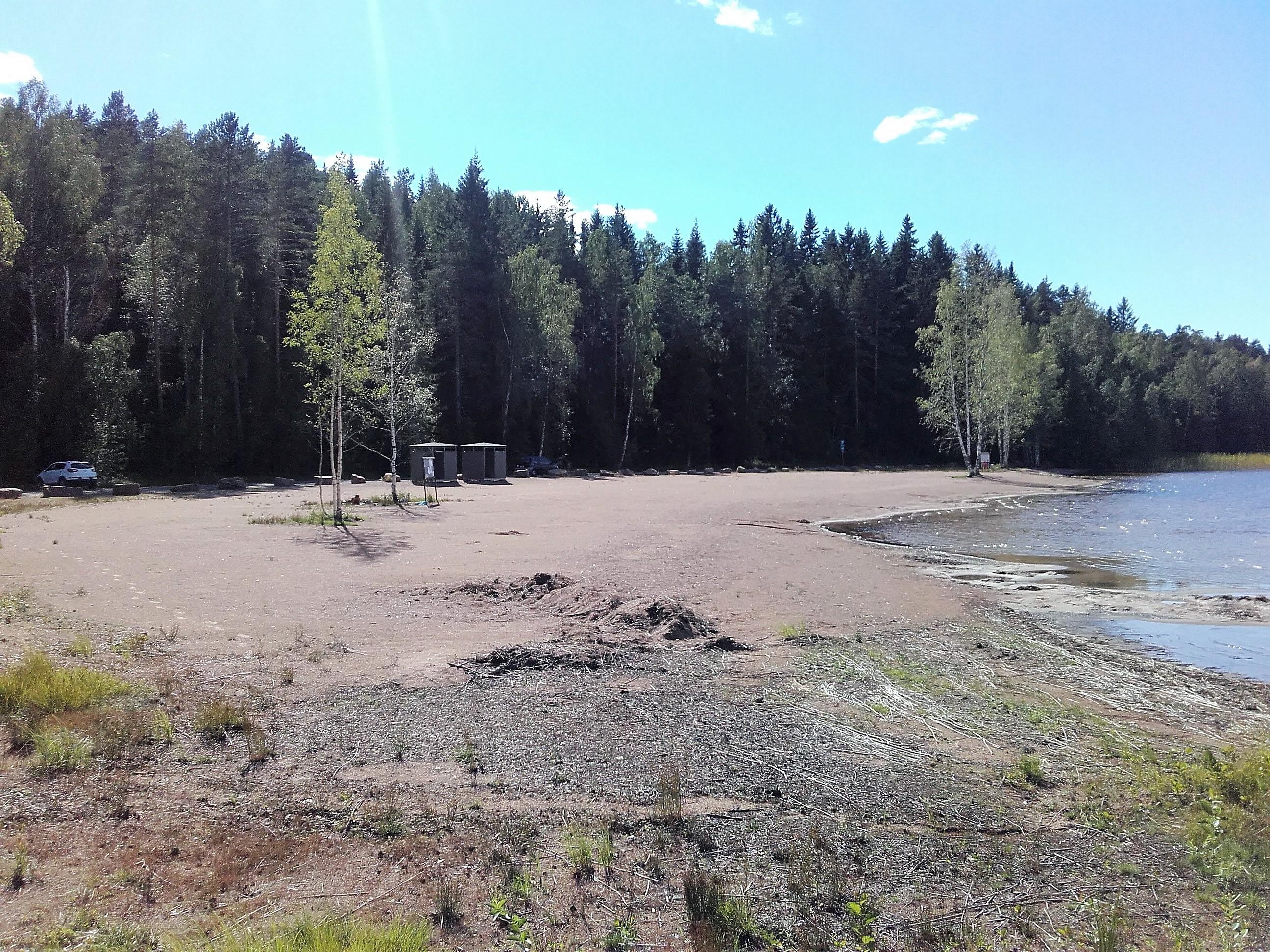 Vennean uimaranta. Hiekkaranta jonka takana metsää.