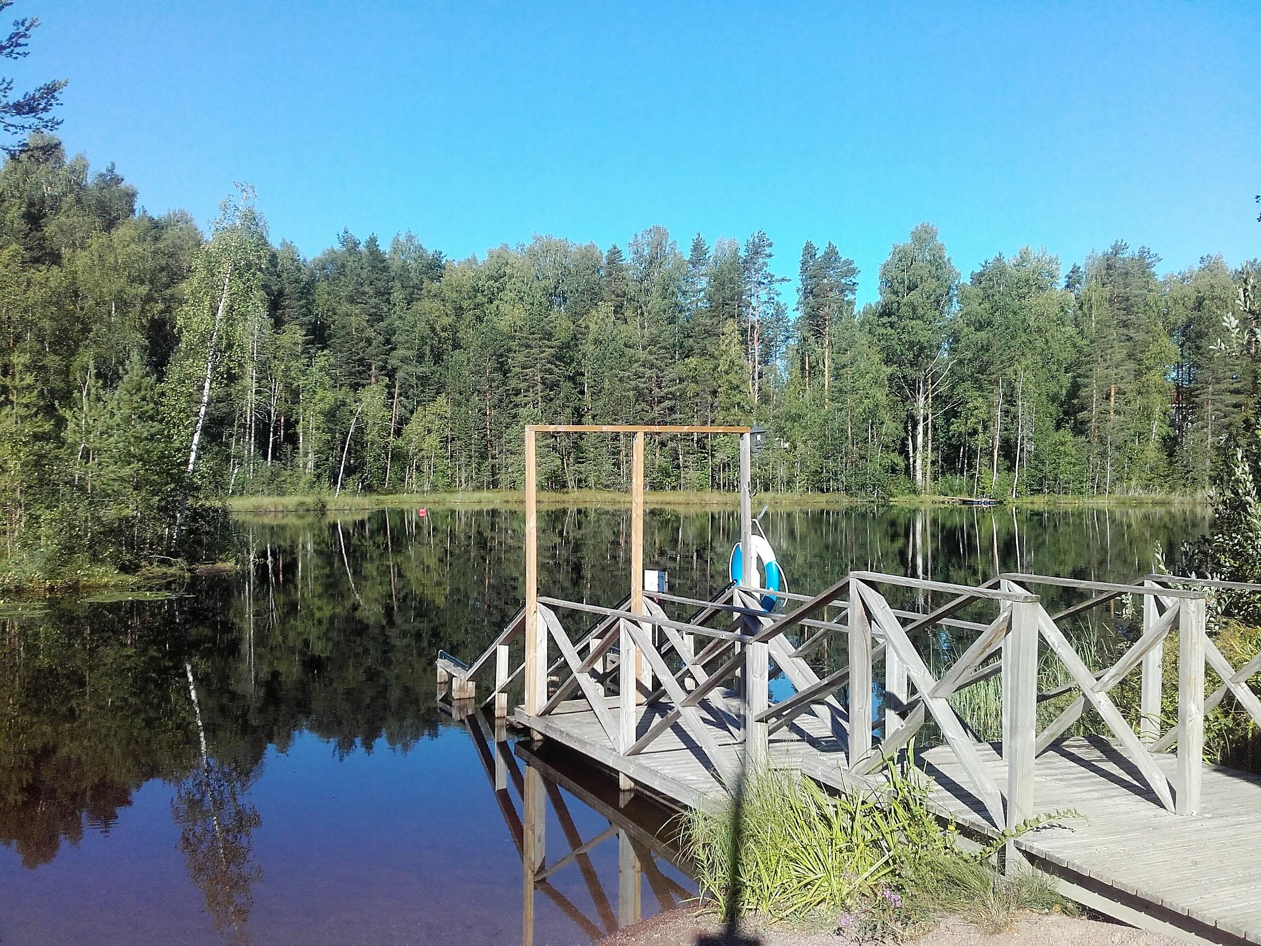 Valkealan kirkonkylän uimapaikka Likolammella.