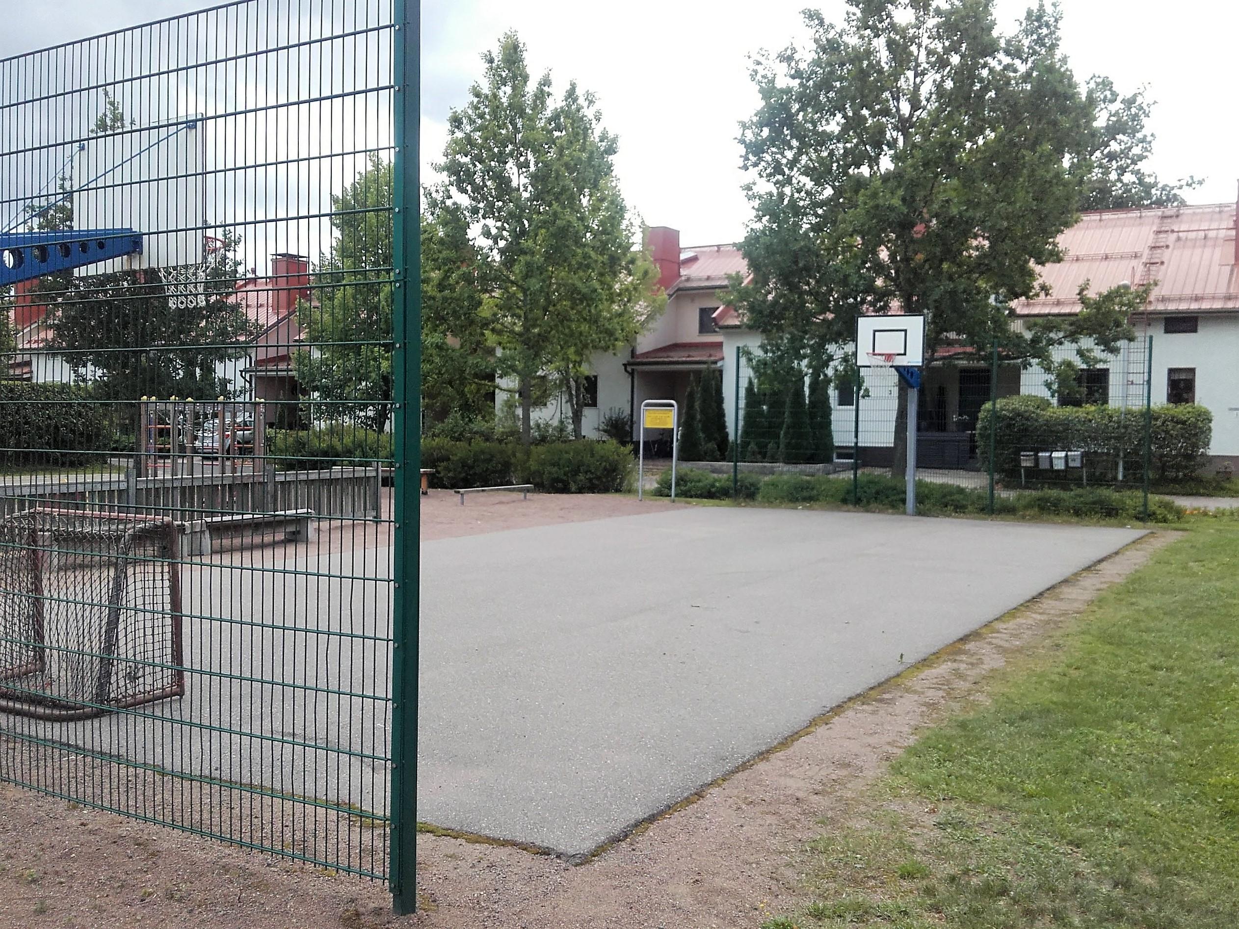 Pieni asfalttipintainen pelikenttä jossa kummassakin päässä koripallokorit. Kentän päädyissä korkeat metalliverkot.