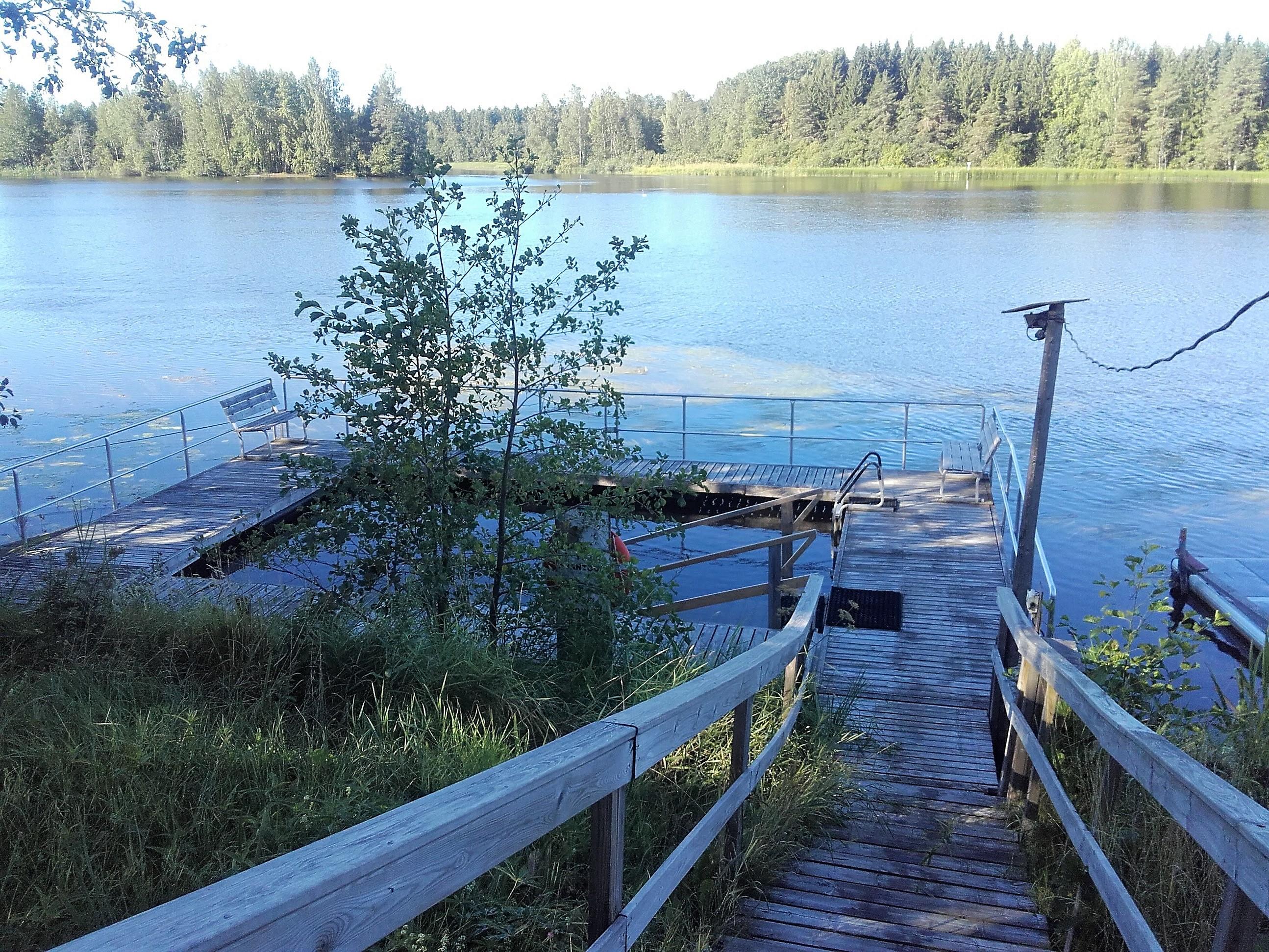 Kymijoen vesistökeskus. Laituri rakennettu neilönmuotoon jolloin keskelle jää rajattu uima-alue.