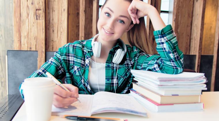 Lukiolaistyttö opiskelelmassa