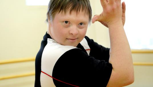Vammainen poika liikkumassa.
