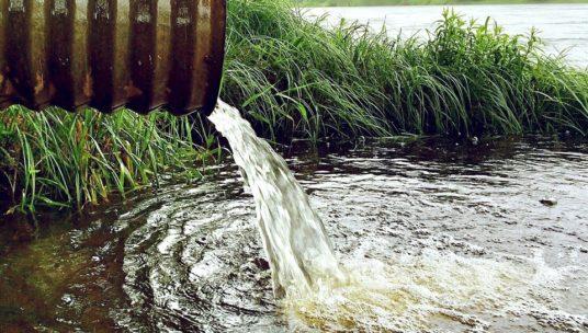 Vesi virtaa putken päästä vesistöön