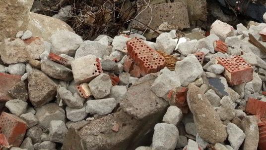 Kasassa betonimursketta ja tiilenpaloja
