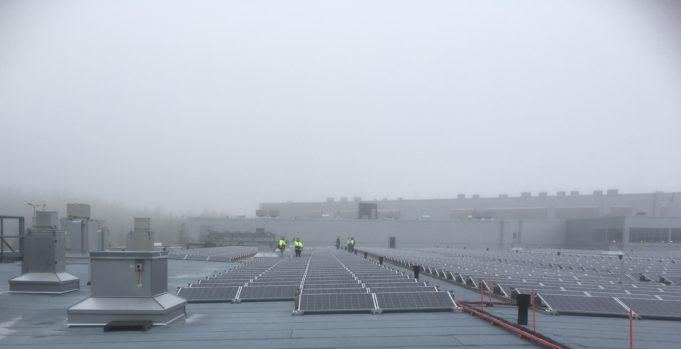 Aurinkopaneelit kauppakeskus Veturin katolla.