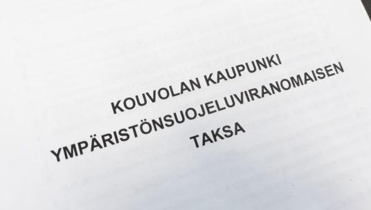 paperi jossa teksti Kouvolan kaupungin ympäristönsuojeluviranomaisen taksa