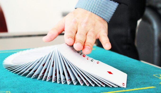 kortit pöydällä