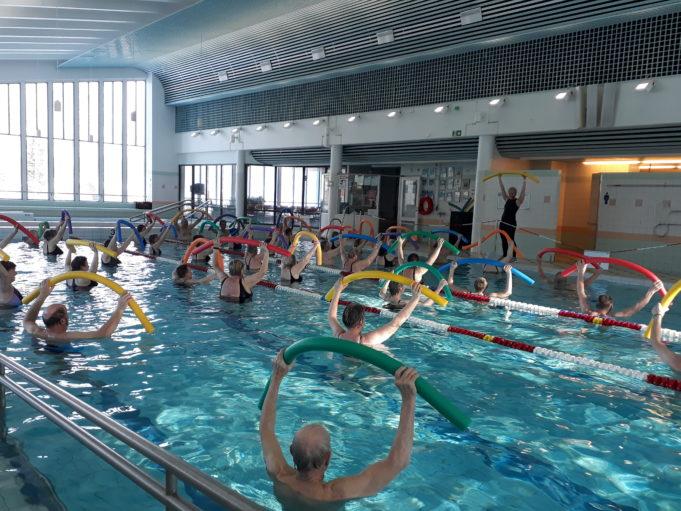 Vesiliikuntaryhmä jumppaamassa Valkealan uimahallissa.