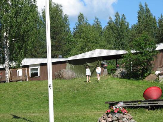 Kuvassa leirintäalueen rakennuksia