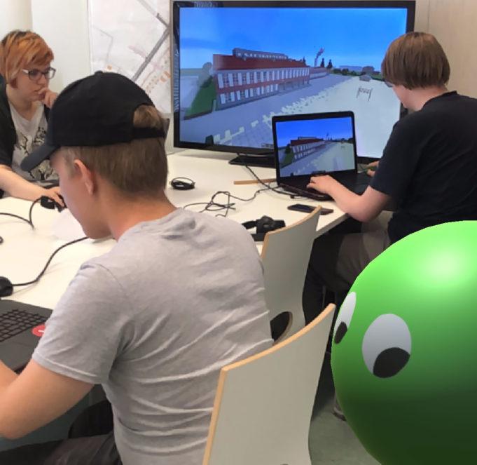 Datanomiopiskelijoita suunnittelutyössä.