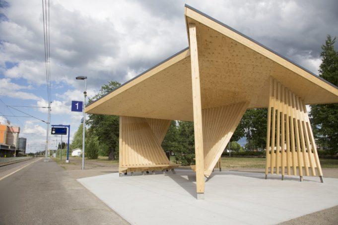 Moderni puukatos Korian rautatieseisakkeella