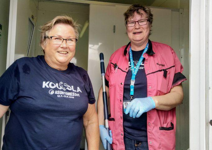 Heli Jaakkosla ja Liisa Salminen tuurasivat asuntomessuilla siivoushommissa.