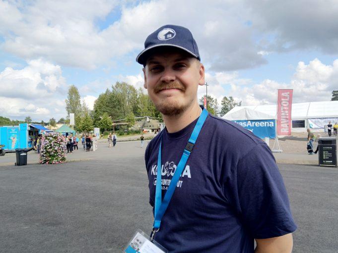 Messujen yleismies Toni Andersson hymyilee tyytyväisenä.