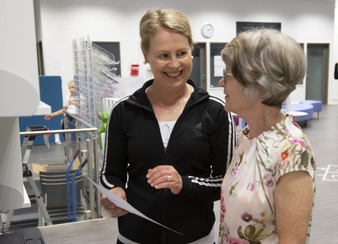 Liikuntaneuvoja käy läpi asiakkaan kanssa kehonkoostumusmittauksen tuloksia.