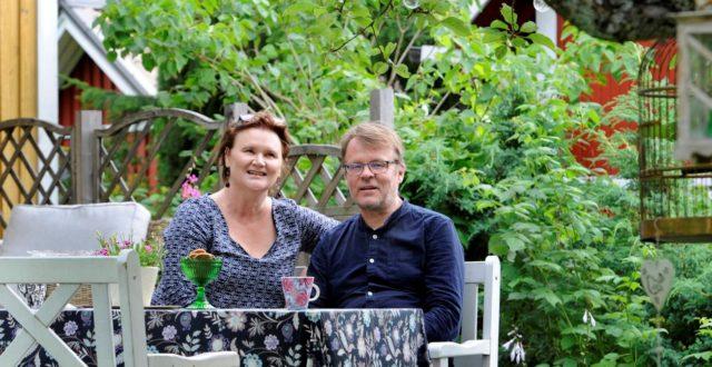 Tiina ja Pasi Luhtaniemi puutarhan terassilla