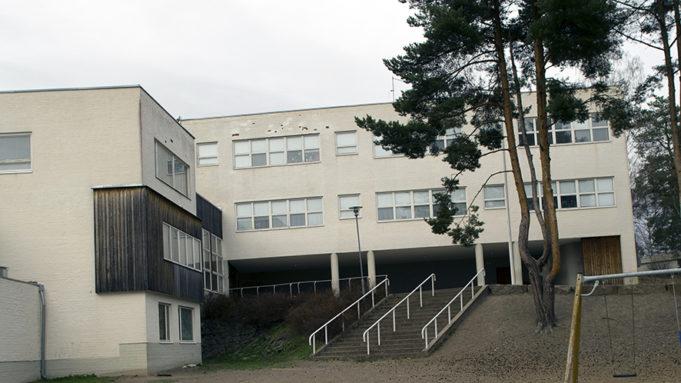 Tehtaanmäen koulu Inkeroisissa on Alvar Aallon suunnittelema.