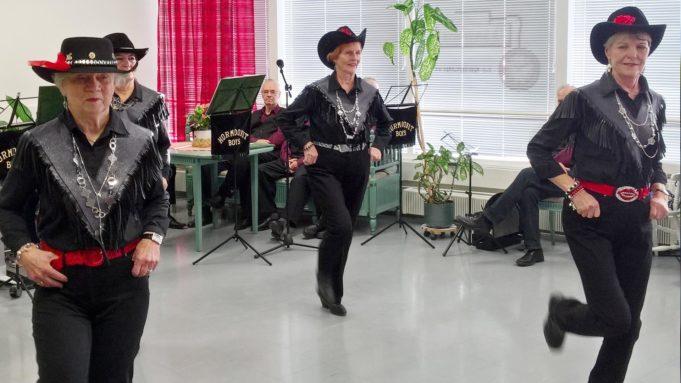naiset tanssivat couwboy-hatut päässään