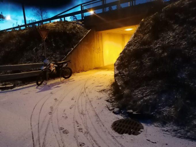 """Kuvassa on kevyen liikenteen tunneli, josta on huono näkyvyys mutkan taakse. """"Risteys on vaarallinen sillä tunnelista tultaessa [ei] näe tielle"""", oli työpajaan osallistuneen nuoren havainto ympäristöstä."""