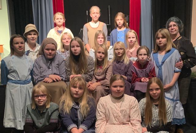 Pienoisnäytelmän näyttelijät yhteiskuvassa