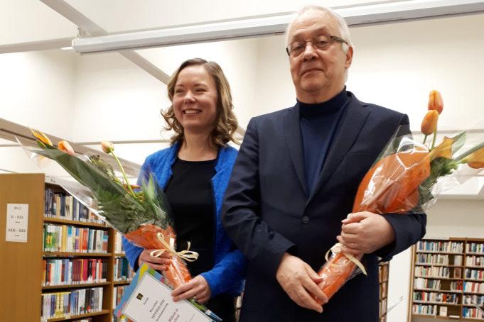 Seppo Aalto ja Edla Mäkelä juhlatilaisuudessa Kouvolan pääkirjastolla.