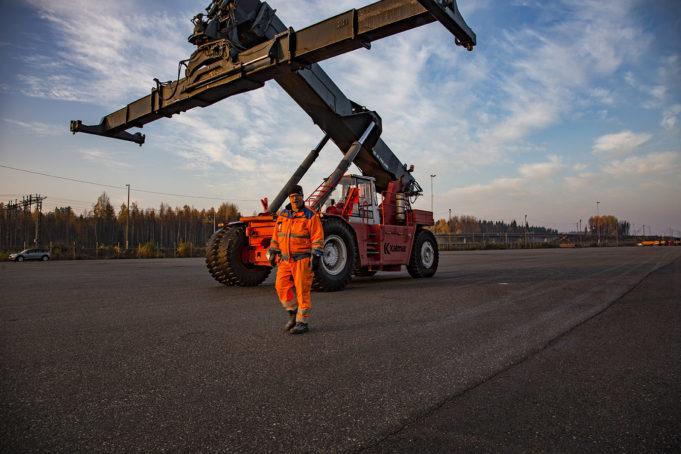 Kouvola RRT oranssipukuinen mies kurottajan kanssa terminaalialueella
