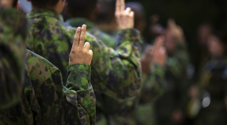 Sotilasvala sormet pystyssä