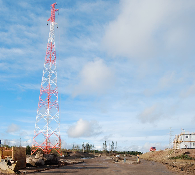 110 kV sähkölinjan korkea masto Kouvola RRT työmaalla.