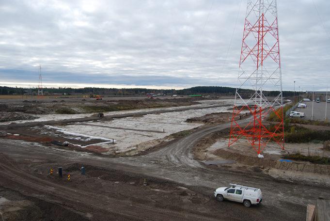 Kouvola RRT intermodaaliterminaalin kenttä rakenteilla lokakuussa 2020. 110 kV sähkölinja etualalla.