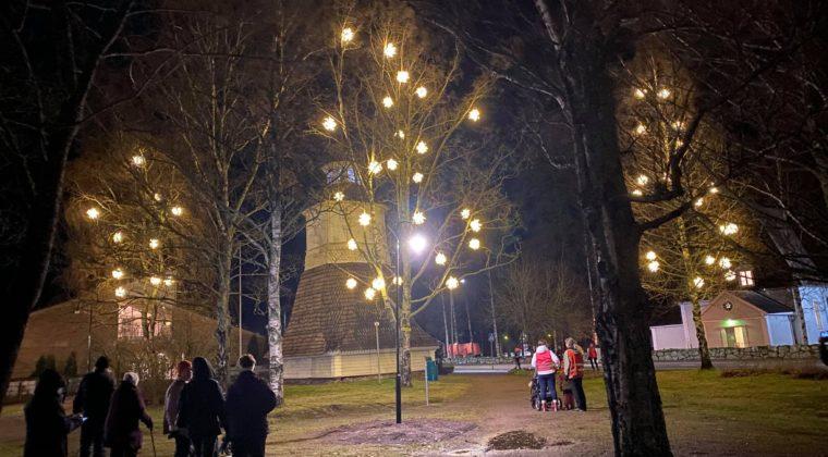 uudet jouluvalot puissa Elimäellä