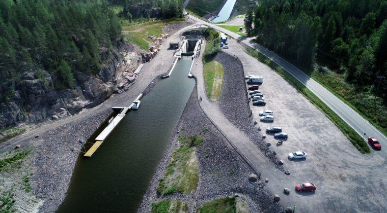 Viistosti otettu ilmakuva Kimolan kanavan sulusta ja parkkipaikasta.