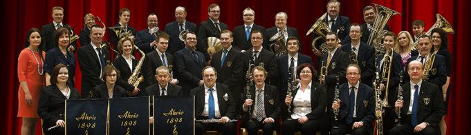 Ahvion soittokunnan muusikot ovat kokoontuneet yhteiseen kuvaan.