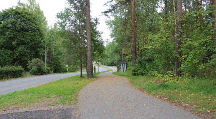 Kasarminkatu ja viereinen pyörätie johtavat Kymenlaaksontien jatkeen kulmaan.