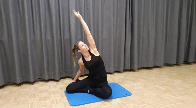Liikunnanohjaaja ohjaa kehonhuoltotuntia
