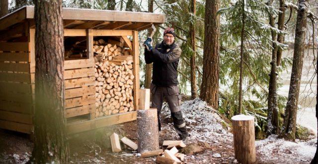 Markku Helin hakkaa puita