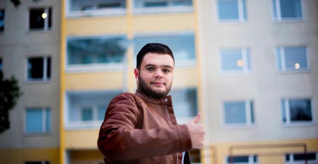 Shafeek Alabdullah näyttää peukkua.