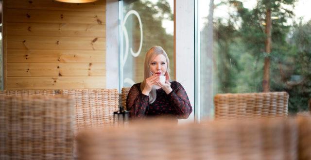 Titta Kärki istuu kahvilassa