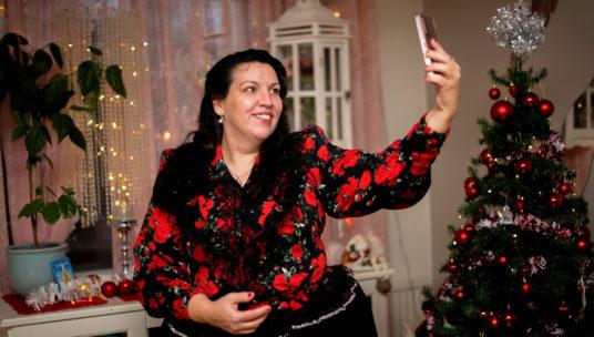 Maria Tuominen ottamassa selfietä