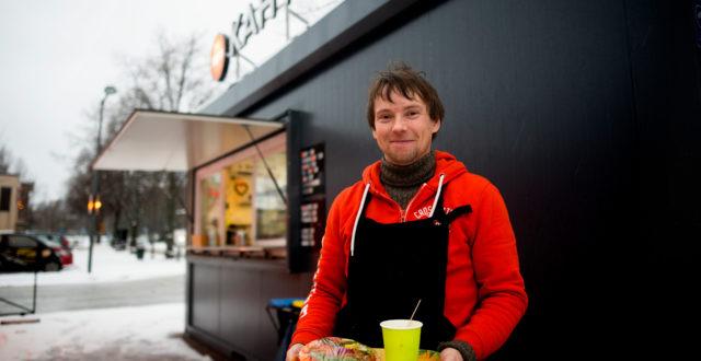 Tommi Jattu hymyilee kahvilansa edustalla