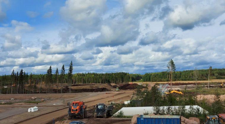 Logistiikka-alueen työmaalla Kullasvaarassa rakennetaan uusia teitä ja tontteja.