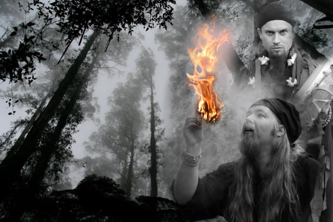 Mystinen kuva Mystikosat jolla on palavaa tulta kädessään  ja Loihtijasta, taustalla tummaa metsää.