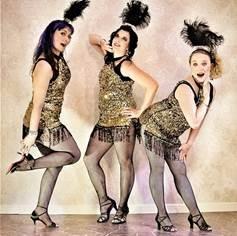 Hustle Catsy Cats, 3 naista markkinointikuvassa.