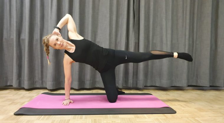 Liikunnanohjaaja ohjaa kehonhuoltotuntia.