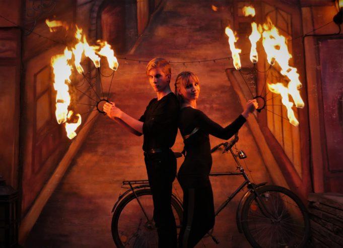 Tuliduo Matias ja Illusia pitävät tulisoihtuja käsissä.