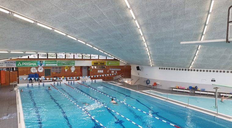 Urheilupuiston uimahallista kuva, missä näkyy kaikki radat.
