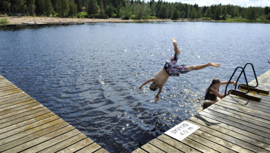 Käyrälampi, lapsi hyppää veteen