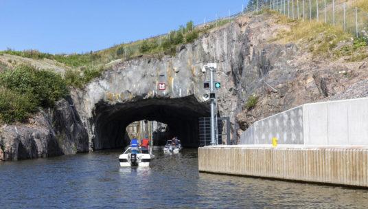 vene menossa Kimolan kanavan kalliotunneliin